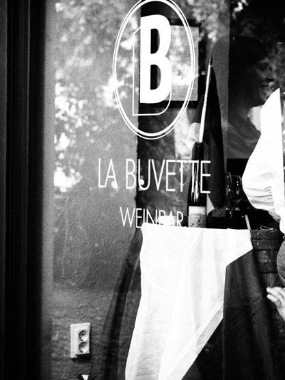 La Buvette Weinbar Berlin Rhinowerstrasse am Fenster